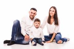 Mère, père heureux et fils de famille s'asseyant sur le plancher Photographie stock libre de droits