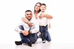 Mère, père heureux et fils de famille s'asseyant sur le plancher Images stock