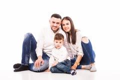Mère, père heureux et fils de famille s'asseyant sur le plancher Photos stock