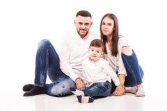 Mère, père heureux et fils de famille s'asseyant sur le plancher Photos libres de droits