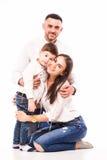 Mère, père heureux et fils de famille s'asseyant sur le plancher Images libres de droits