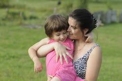 Mère partageant l'amour Image stock