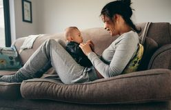 Mère passant le temps parlant à son bébé à la maison images libres de droits