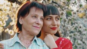 Mère pluse âgé et sa fille adulte banque de vidéos