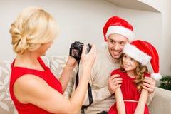 Mère prenant la photo du père et de la fille Photographie stock libre de droits