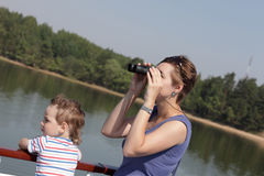 Mère regardant par des jumelles Images libres de droits
