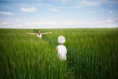Mère rencontrant son bébé dans le domaine vert Image libre de droits