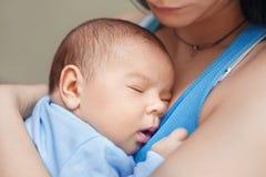 Mère retenant la chéri nouveau-née Photos stock