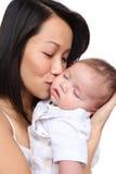Mère retenant le jeune fils Photo libre de droits