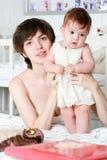 Mère retenant un enfant Image libre de droits