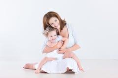 Mère riante heureuse avec sa fille d'enfant en bas âge images libres de droits