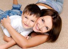 Mère riante joyeuse et son petit garçon Image stock