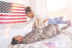 Mère se soulevant vers le haut de sa fille comme avion Images libres de droits