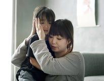 Mère sooth sa fille de la tristesse photo stock