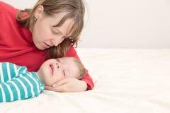 Mère soulageant son petit fils pleurant Photos stock