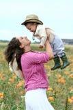 Mère soulevant son enfant vers le haut Photographie stock libre de droits