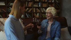Mère supérieure agréable et son vin potable de fille à la maison banque de vidéos