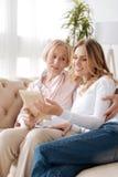 Mère supérieure et sa fille regardant une photo Photos libres de droits