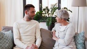 Mère supérieure parlant au fils adulte à la maison clips vidéos