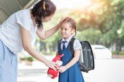 Mère tenant des mains et enseignant sa fille image stock