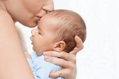 Mère tenant et embrassant le bébé nouveau-né Photos stock
