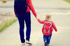 Mère tenant la main de la petite fille avec Photo libre de droits