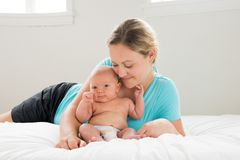 Mère tenant le bébé garçon photo libre de droits