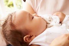 Mère tenant le bébé garçon de sommeil à la maison Photographie stock