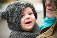 Mère tenant le bébé heureux image libre de droits
