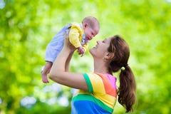 Mère tenant le bébé nouveau-né en parc photographie stock