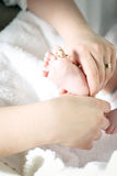 Mère tenant peu de pied de l'enfant Photo libre de droits