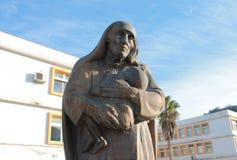 Mère Teresa avec un enfant (Monténégro, hiver) Photo libre de droits