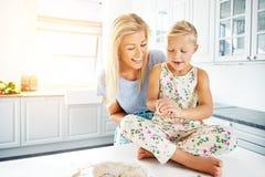 Mère travaillant avec la pâte d'enfant et de pain Photo stock