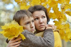 Mère triste avec un fils Photographie stock libre de droits