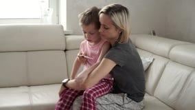 Mère vérifiant la température de son fils malade Enfant malade avec la fièvre et la maladie dans le lit banque de vidéos