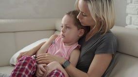 Mère vérifiant la température de son fils malade Enfant malade avec la fièvre et la maladie dans le lit clips vidéos