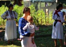 Mères avec des enfants dans leurs bras Images libres de droits