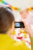 Mères effectuant des photos du premier anniversaire de chéris Photos libres de droits
