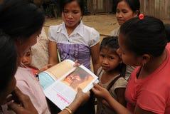 Mères et cildrens au village de Huay Daue d'interdiction au Laos du nord image libre de droits