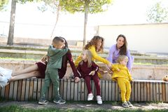 Mères heureuses avec des enfants dans les vêtements de sport à la mode dans la table d'hôte images stock
