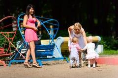 Mères jouant avec des enfants Image stock