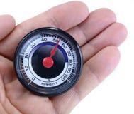 Mètre analogue d'humidité dans la main sur le blanc images libres de droits