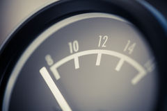 Mètre analogue de volt de voiture photographie stock