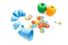 Mètre, boutons, fil et dés Photo libre de droits