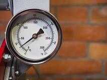 Mètre d'indicateur de pression installé, équipement de mesure d'outil Photographie stock libre de droits