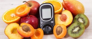 Mètre de glucose pour examiner le niveau de sucre et les fruits nutritifs en tant que dessert sain pour assurer les diabétiques photo stock