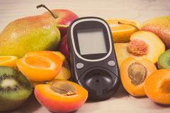 Mètre de glucose pour examiner le niveau de sucre et les fruits nutritifs en tant que dessert sain pour assurer les diabétiques images libres de droits