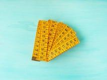 Mètre de mesure sur le pastel vert Photo stock