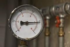Mètre de pression et conduites d'eau industriels Photos libres de droits