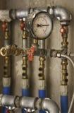 Mètre de pression et conduites d'eau industriels Photo libre de droits